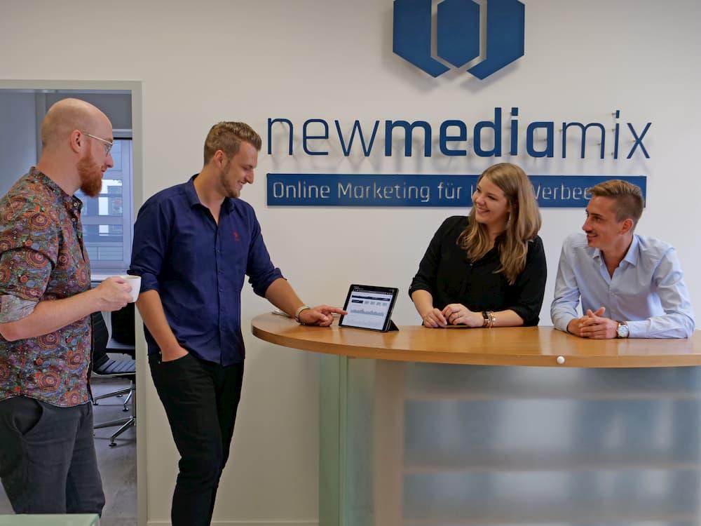Teamfoto NewMediamix im Agenturbüro Pforzheim